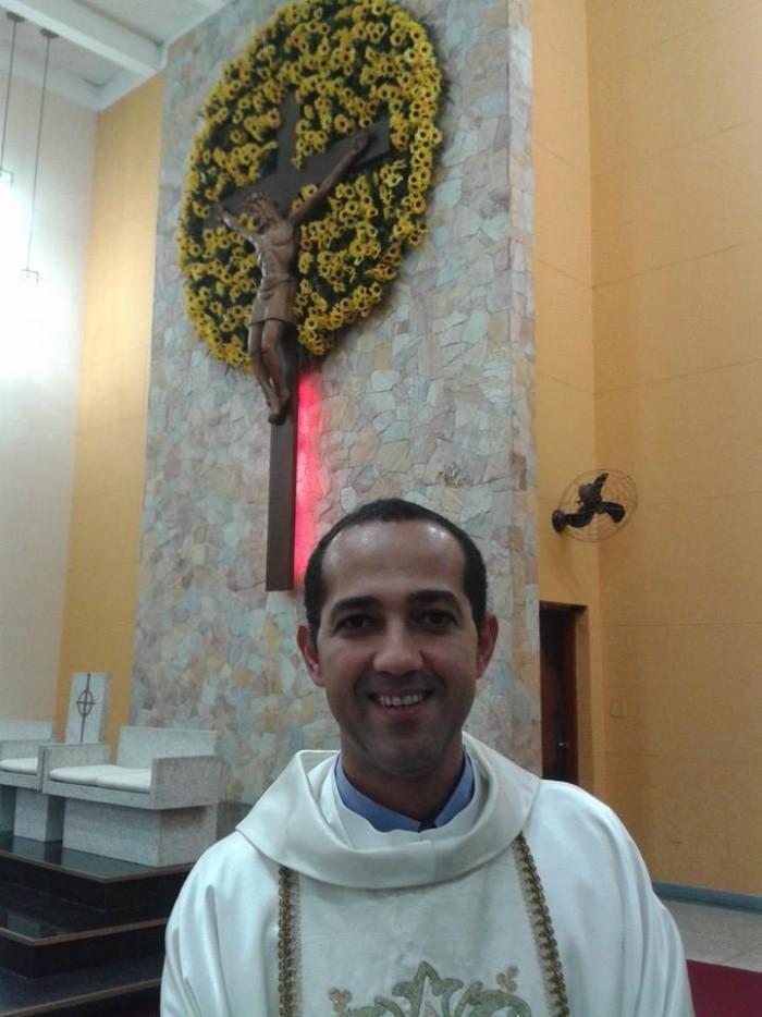Paroquianos celebram aniversário do Pe. Marcos Queiroz