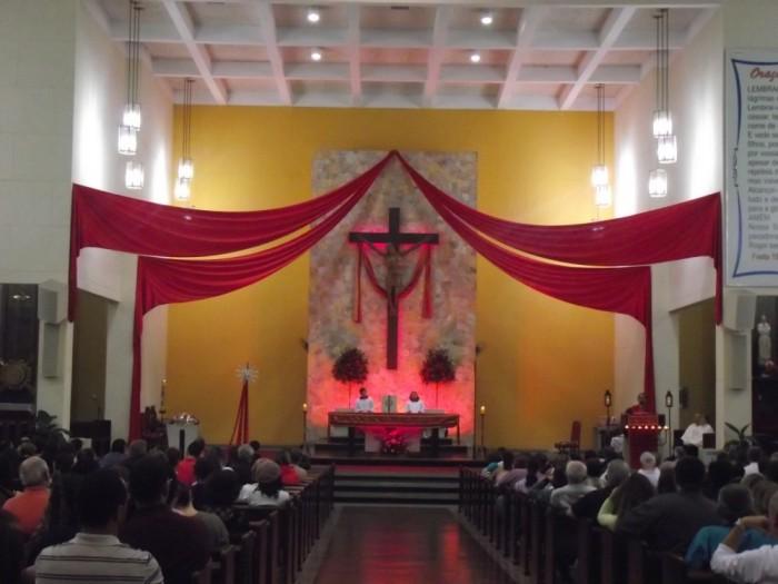 Celebração de Pentecostes na missa das 18h30